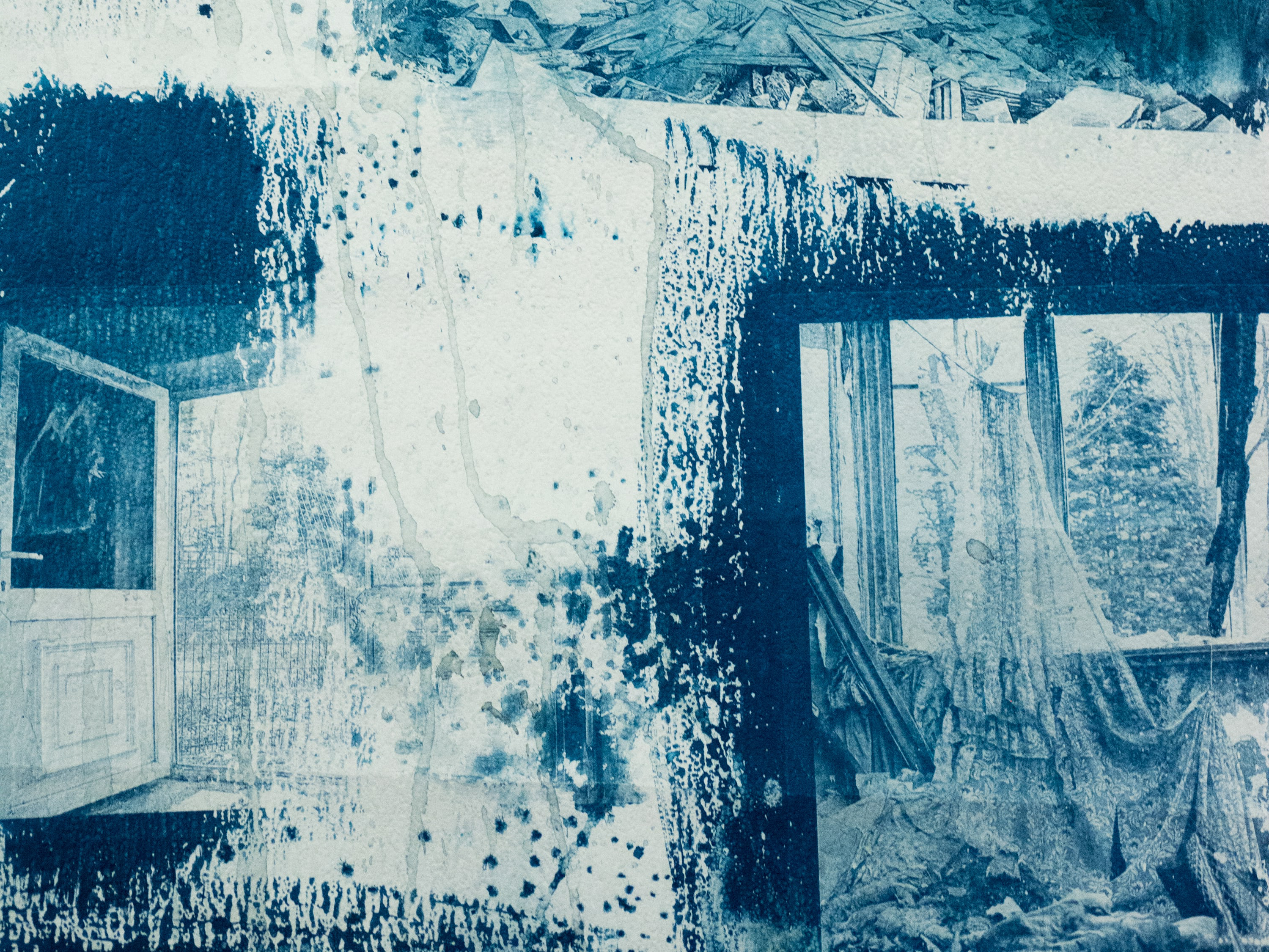 Blue and white ink 和 print on paper